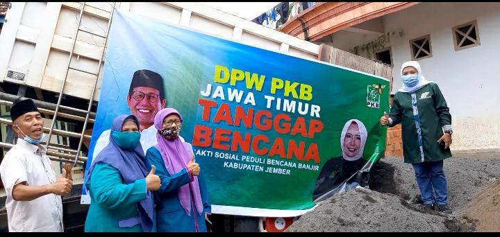 Para fungsionaris DPW PKB Jatim melakukan aksi tanggap bencana banjir di sebuah pesantren di Jember, Senin (18/1/2021)