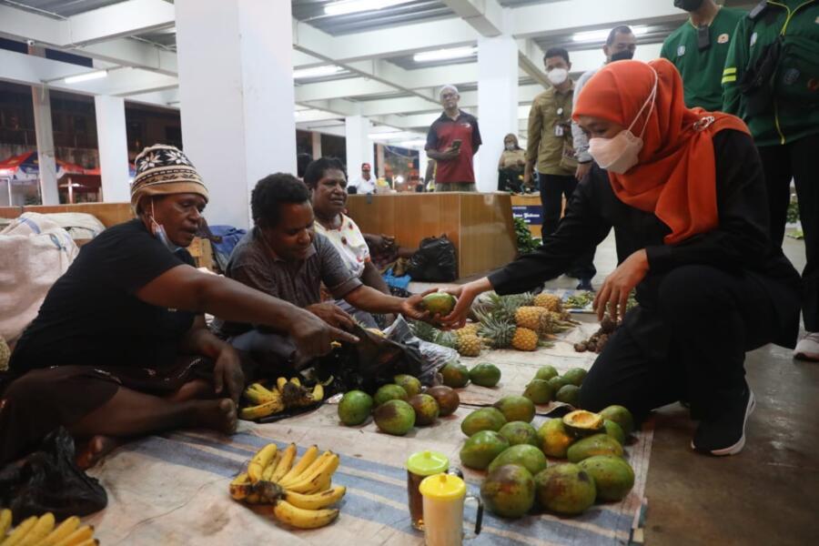 Gubernur Jatim Khofifah Indar Parawansa memborong buah-buahan khas Papua di Pasar Mama-Mama Papua, Minggu (3/10/2021) malam. (*/hmn)